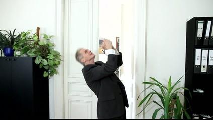 Ein Mann kommt erlöst aus einem Bürozimmer