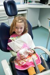 Mädchen beim Zahnarzt