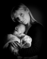 jeune maman qui tient son bébé contre son coeur