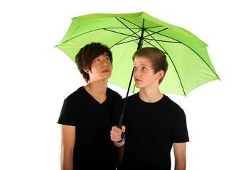 19.11.11 zwei männer unterm Regenschirm
