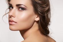 Piękne modelu kobieta z mody makijaż, fryzury faliste
