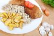 Schnitzel Wiener Art mit Rosmarinkartoffeln und Rahmchampigons