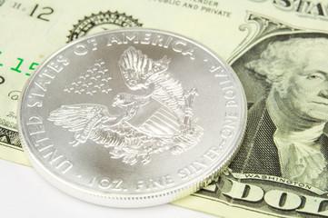 Silbermünze und Geldschein