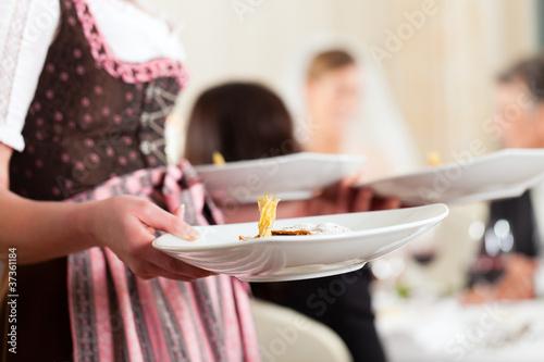 Hochzeitsgesellschaft beim Hochzeitsmahl - 37361184