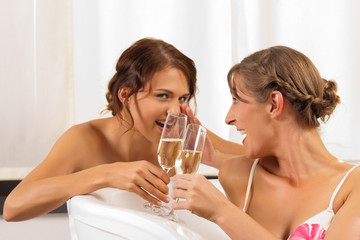 Freundinnen beim Wellness mit Sekt oder Champagner