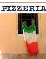 Pizzeria con bandiera italiana