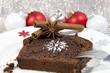 Schokokuchen mit weihnachtlicher Dekoration
