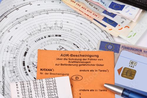 Ausweise und Papiere für LKW-Fahrer - 37366997