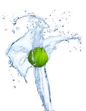 Lime frais dans les projections d'eau
