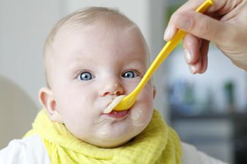 Baby beim Füttern | Babynahrung | Babykost | Adobe RGB