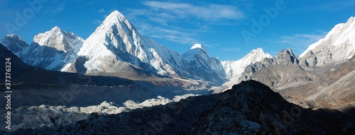 khumbu valley, khumbu glacier and pumo ri peak