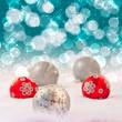Weihnachtskugeln mit Lichterhintergrund