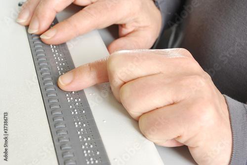 Lesen mit Brailledisplay am Computer für Blinde