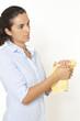 Frau trocknet Hände mit einem Handtuch