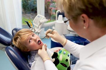 Junge im Behandlungsstuhl beim Zahnarzt