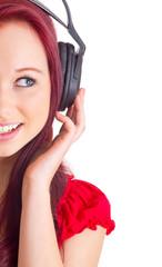 Frau hält Kopfhörer mit Hand fest