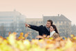 Touristen besichtigen Stadt im Herbst