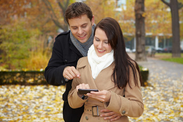Paar navigiert mit Smartphone