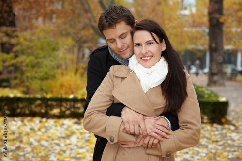 Mann kuschelt sich an Frau © Robert Kneschke