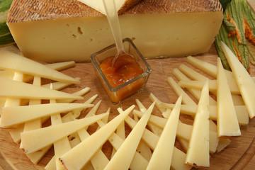 Spicchi di formaggio con salsa