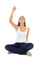 Attraktive junge Frau zeigt nach oben