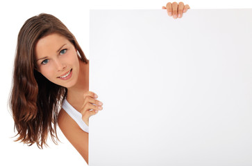 Attraktive junge Frau steht hinter weißem Schild