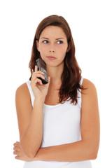Attraktive junge Frau überdenkt einen Telefonanruf