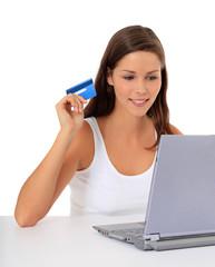 Attraktive junge Frau bezahlt mit Kreditkarte