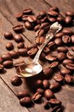 Fototapety Ziarna kawy na drewnianym stole i łyżeczka