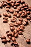 Fototapety Ziarna kawy na drewnianym stole