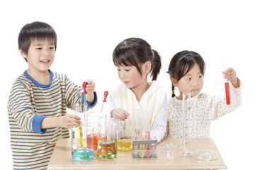 実験をする子供たち