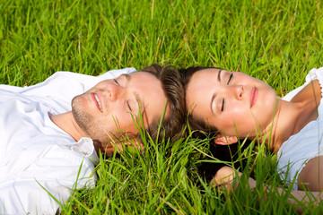 Glückliches Paar liegt auf einer Wiese