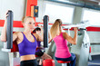 Frauen machen Kraftraining im Fitnessstudio