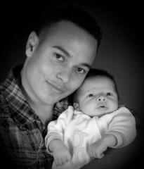 bébé de 3 semaines avec son papa