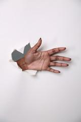 Hand durch die Wand