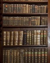 Historische alte Bücher im alten Regal Bibliothek