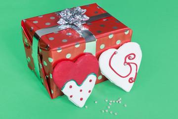 Regalo y galletas con forma de corazón