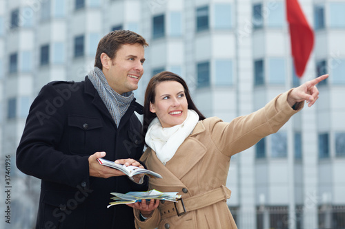 Touristen mit Stadtplan auf Reisen