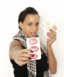 Frau zeigt Condome