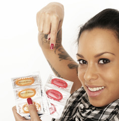 Frau zeigt auf Condome