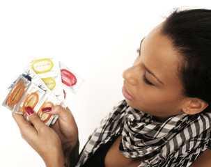 Frau schaut auf Condome