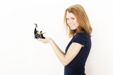 Frau mit Mini- Menschen