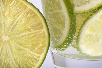 Zitronenscheibe und Durstlöscher