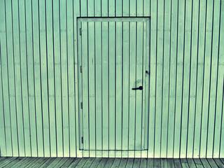 Puerta de madera en bungalow.