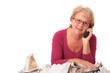 Hausfrau telefoniert beim Bügeln..