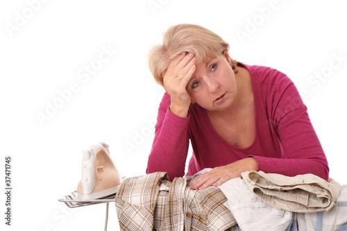 Erschöpfte Hausfrau am Bügeltisch..