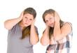 Teenager halten sich die Ohren zu