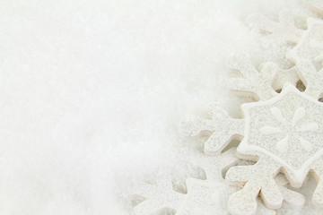 étoile de neige en bois sur la neige poudreuse