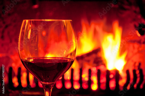 Rotwein am Kamin genießen