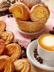 Cappuccino italiano con dolci vari